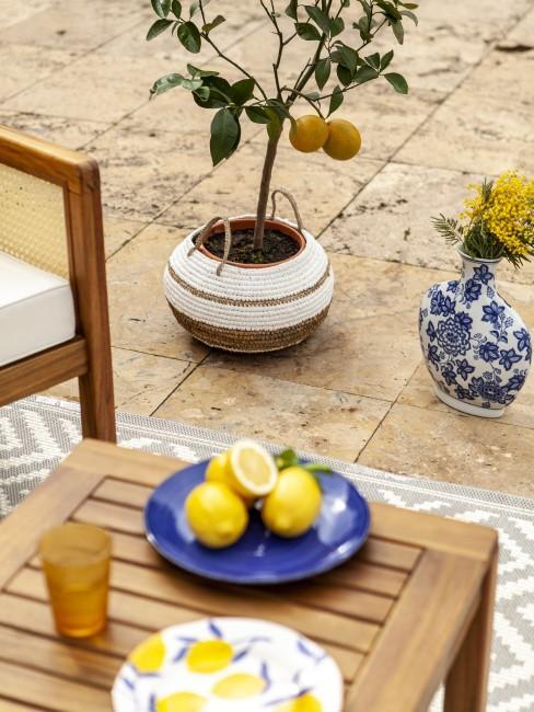 Mediterrane Terrasse mit Geschirr in Königsblau