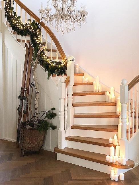 Treppe mit Weihnachtsdeko und Kerzen