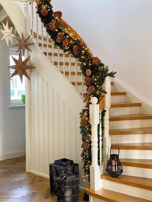 Treppe mit Windlicht und Lichterkette