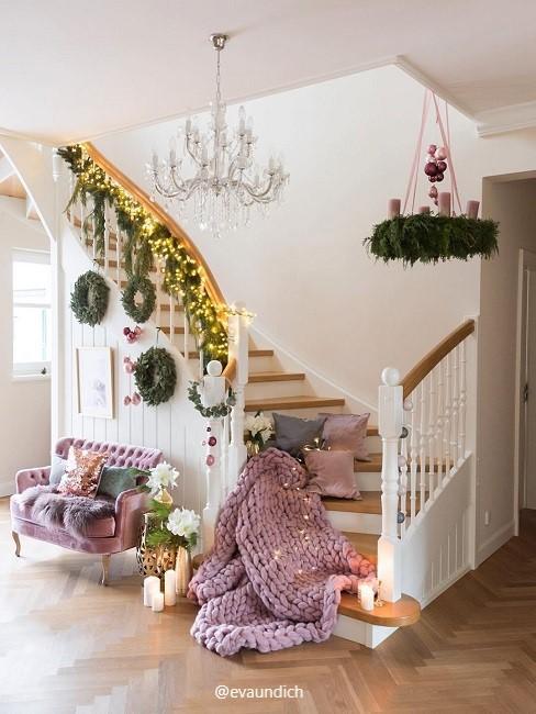 ingangsbereich mit Decke und Kissen mit einem Sofa und weihnachtlicher Deko