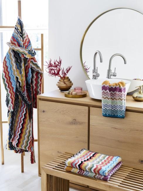 Bunte Handtücher im Badezimmer