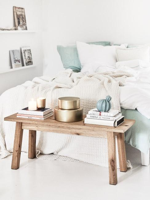 Holzbank im Schlafzimmer