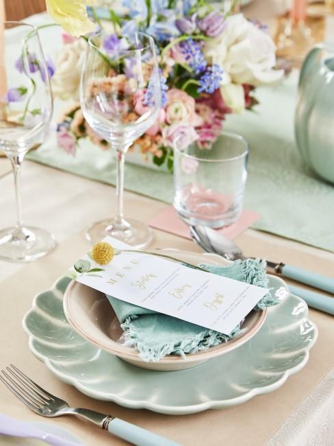 Mintgrüne Tischdeko und Geschirr