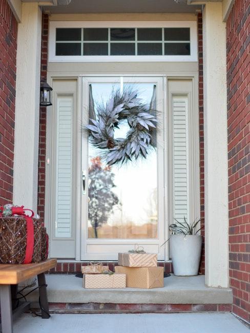 Kranz an der Haustür mit Geschenken