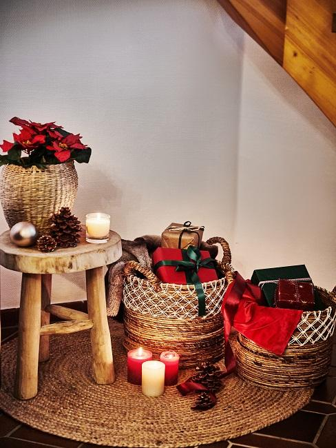 Körbe mit Weihnachtsgeschenken