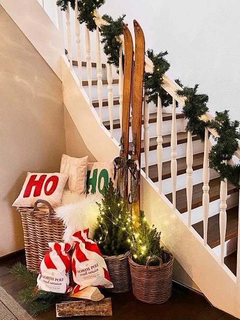 Weihnachtsdeko in Körben an einer Treppe