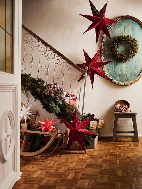 Rote Weihnachtssterne im Treppenhaus