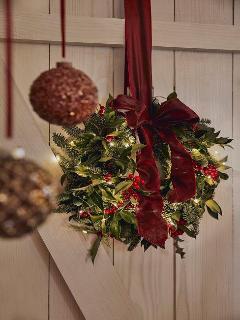 Weihnachtskranz an einem roten Band