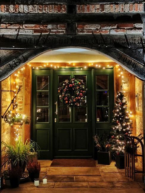 Haustür mit Weihnachtsdekoration