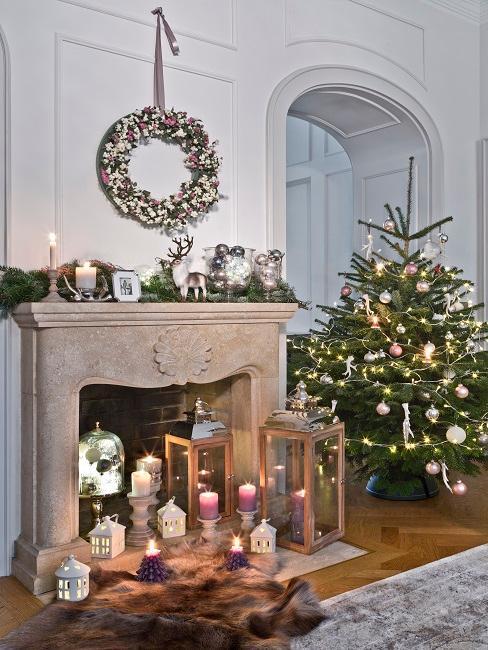 Wohnzimmer mi Kamin und Weihnachtsdekoration