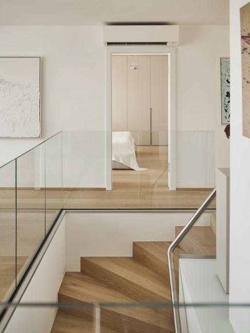 Schlichter Treppenaufgang aus Holz und Glas