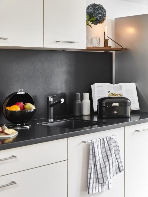 Moderne Küche mit dunkler Wandfarbe
