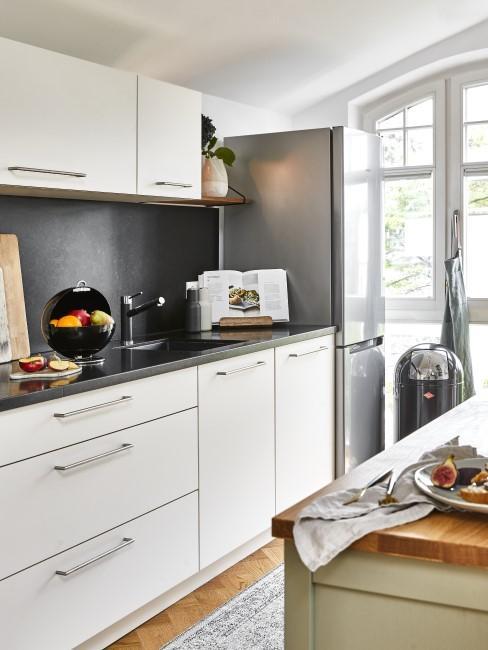 Modern Wohnen mit Küche in Schwarz-Weiß