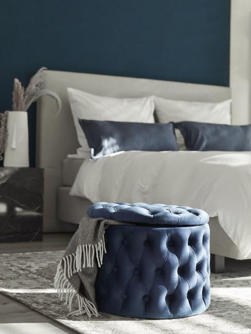 Schlafzimmer mit moderner Einrichtung