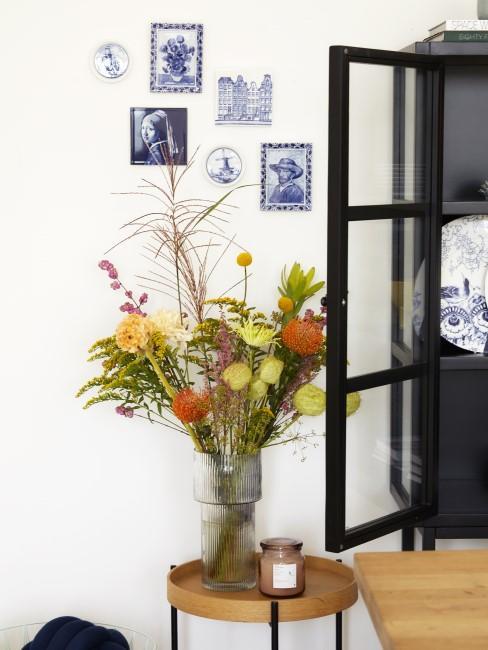 Herbstblumen in Vase auf einem Beistelltisch