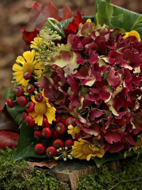 Herbstblumenstrauß mit Hortensien, Hagebutten und gelben Blumen