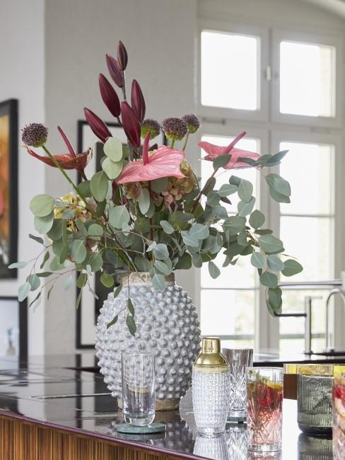 Blumenstrauß in Herbstfarben auf Küchentheke