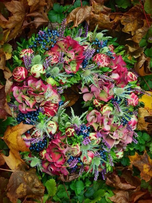 herbstlicher Blumenkranz mit Disteln, Hortensien und Beeren