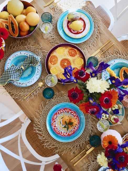 Tischdeko mit Naturmaterialien und buntem Geschirr