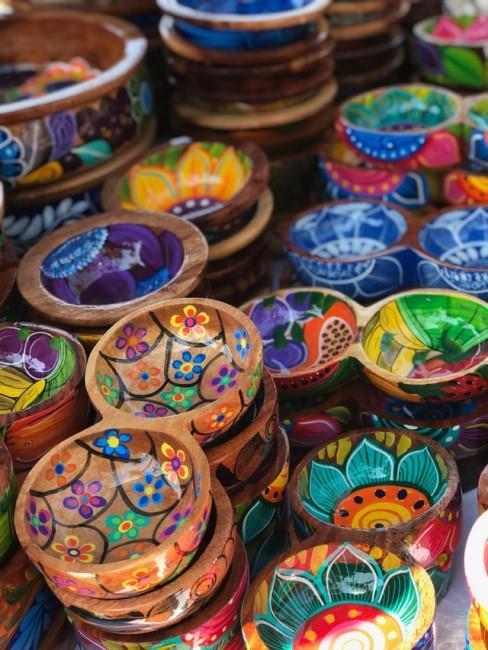 Bunte Schalen mit lateinamerikanischen Mustern