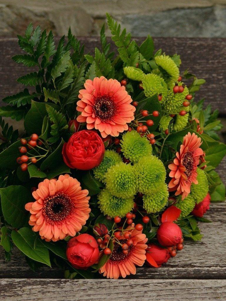 Herbstblumenstrauß in Orange und Grün