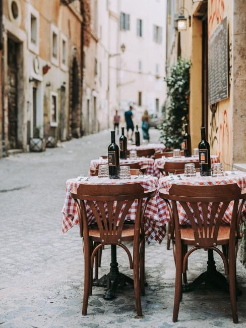 Restaurant Tische in einer Gasse in Italien