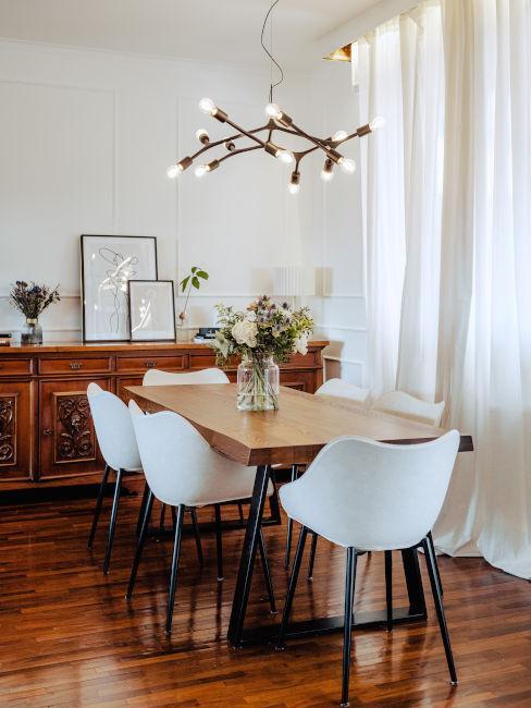 Modernes Esszimmer mit klassischen Details