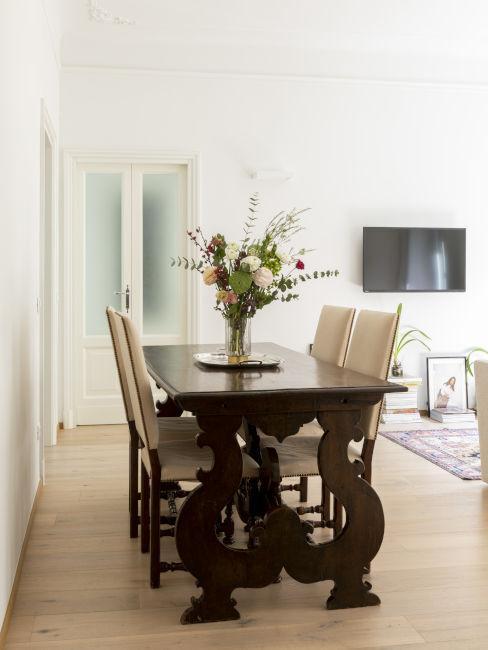 Italienisches Esszimmer mit Holztisch