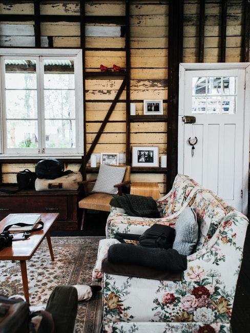 Cottage Wohnzimmer mit floralen Mustern