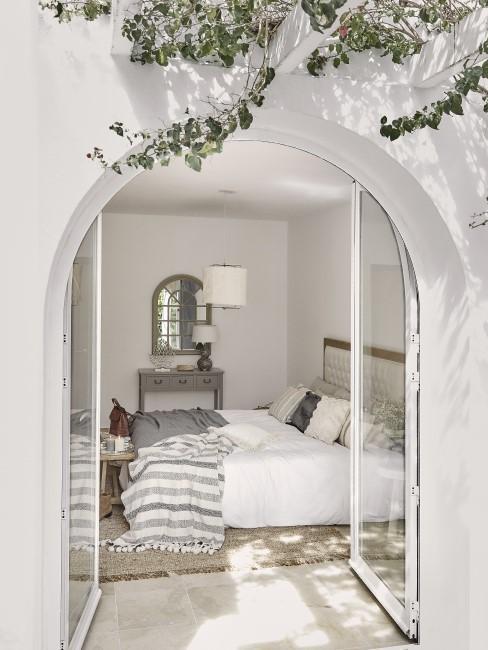 Blick in ein mediterran gestyltes Schlafzimmer