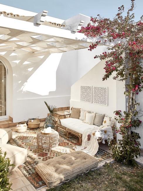 Terrasse mit orientalischen Möbeln