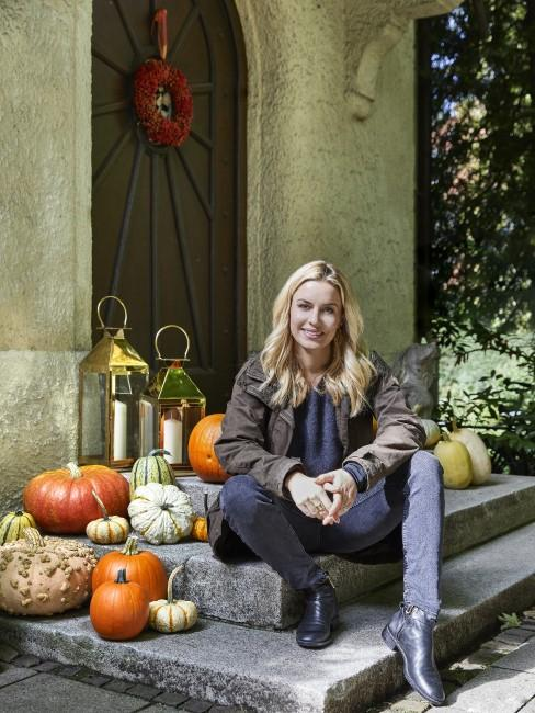 Delia Fischer vor Hauseingang mit Herbstdeko