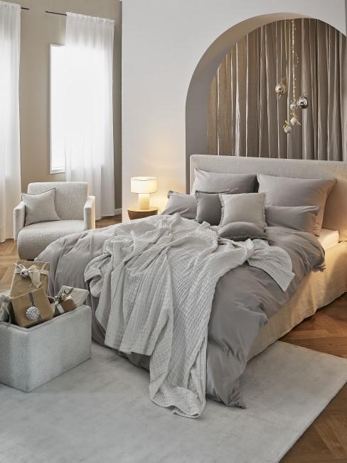 Graues Schlafzimmer mit Weihnachtsdeko