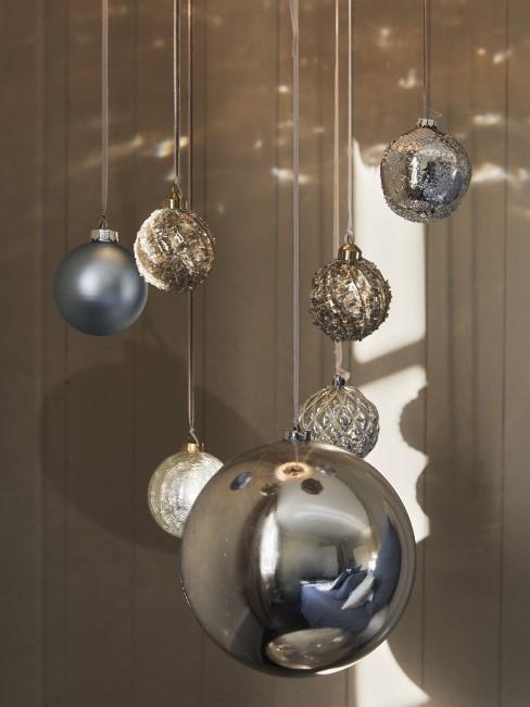 Silberne Weihnachtsbaumkugeln