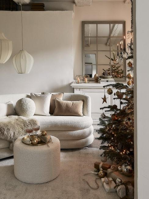 Weiße Wohnzimmer Einrichtung für Weihnachten 2021