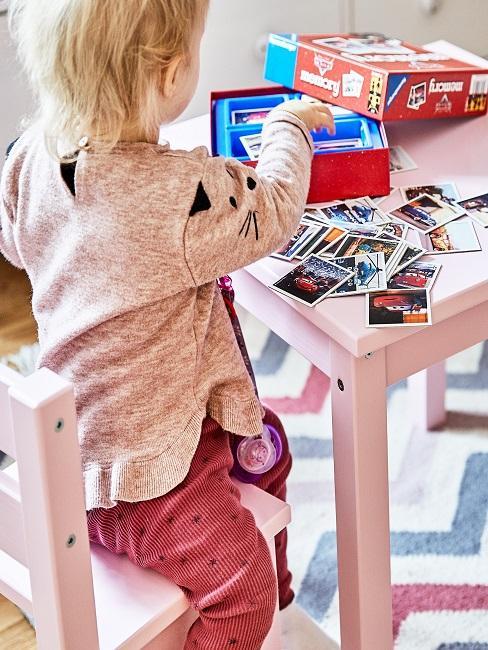 Kind spielt Memory