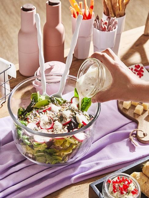 Salat mit Gemüse und Dressing