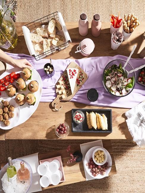 Gedeckter Tisch mit vielen Häppchen