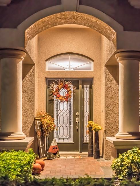 Herbstkranz als Deko an der Haustür