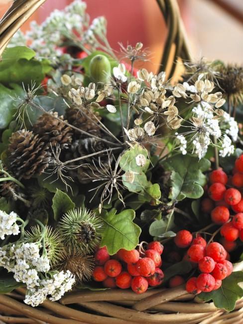 Korb mit Naturmaterialien als Herbstdeko im Hauseingang