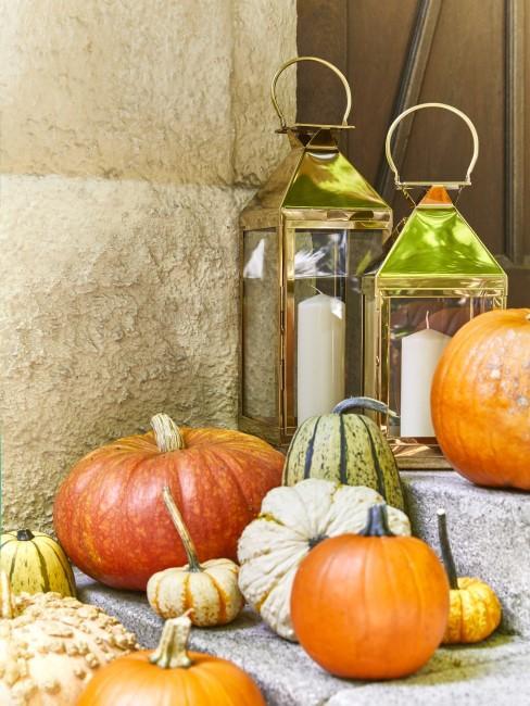 Kürbisse und Laternen als Herbstdeko im Eingangsbereich