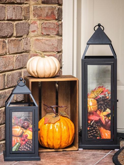 befüllte Laternen als Herbstdeko vor der Tür