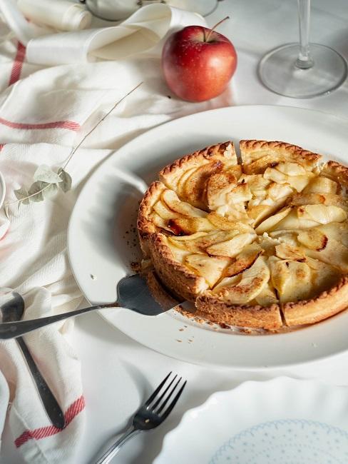 Apfelkuchen auf einem weiß gedeckten Tisch