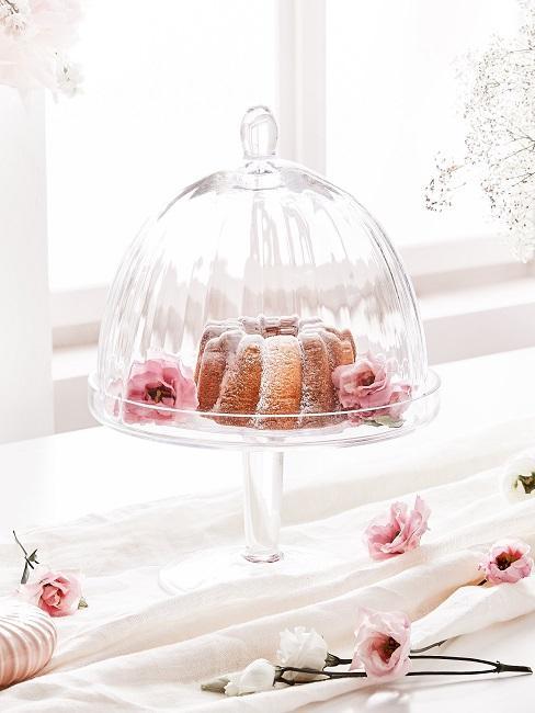 Kuchen in einer Glasglocke