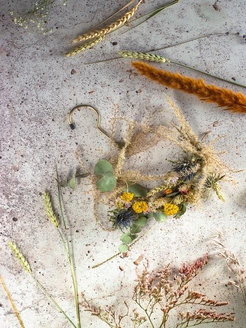 Trockenblumen an einem goldenen Türring