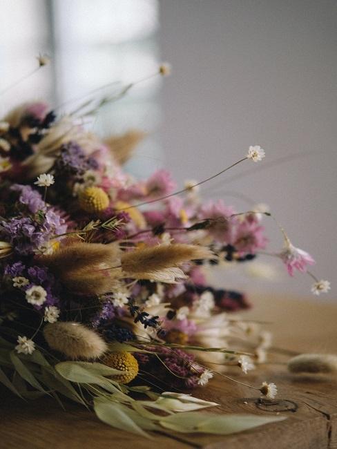 Bündel mit verschiedenen Trockenblumen