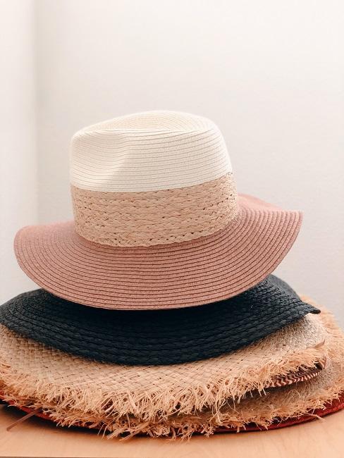 Verschiedene Hüte übereinander gestapelt