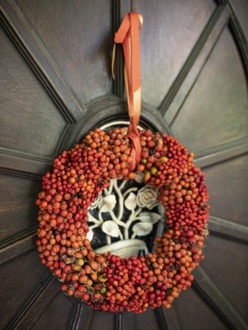 Herbstkranz aus Beeren an der Haustür