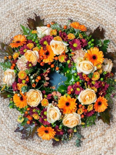 Herbstkranz mit orangen Blumen