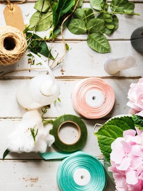 Bänder, Wolle, Blumen und Blätter als Deko für Herbstkranz